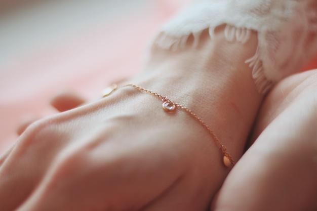 Nielen na krku, ale aj na ruke môžete mať strieborný šperk