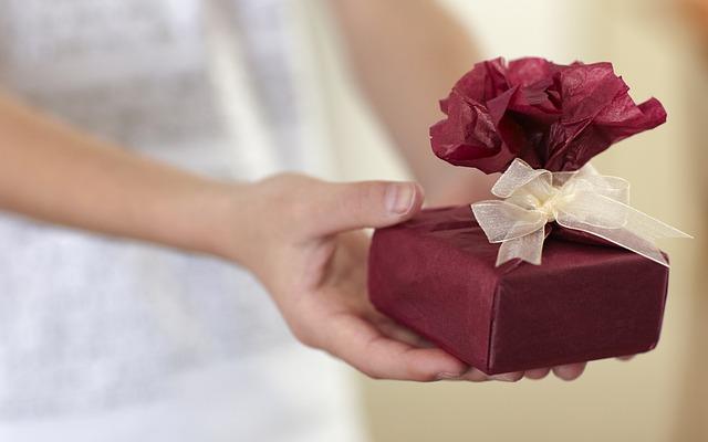 dáreček v rukou
