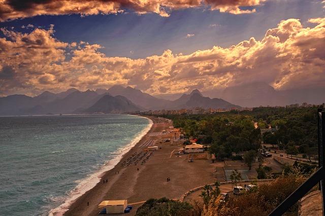 Západ slnka na pláži v meste Antalya
