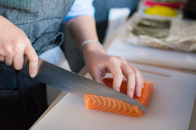 Človek, ktorý krája lososa