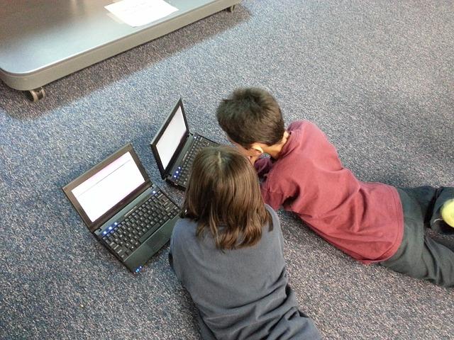 deti sa pozerajú do počítačov.jpg
