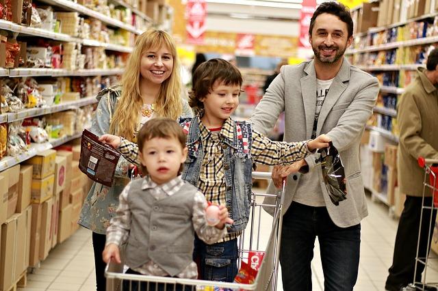 rodina na nákupe.jpg