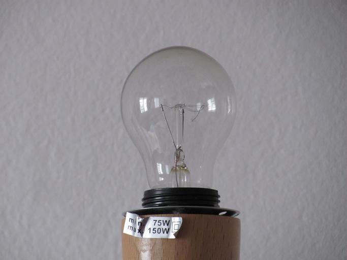 Žiarovka, biela stena v pozadí.jpg