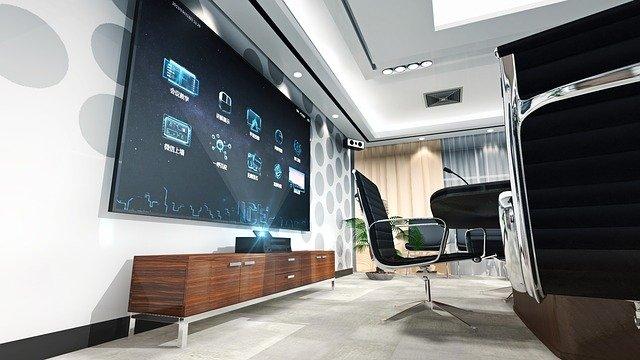 Moderne zaradená miestnosť s veľkou televíziou na stene