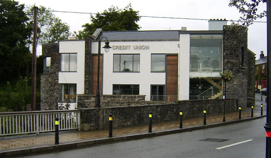 Budova s veľkými sklenenými oknami a stenami.jpg