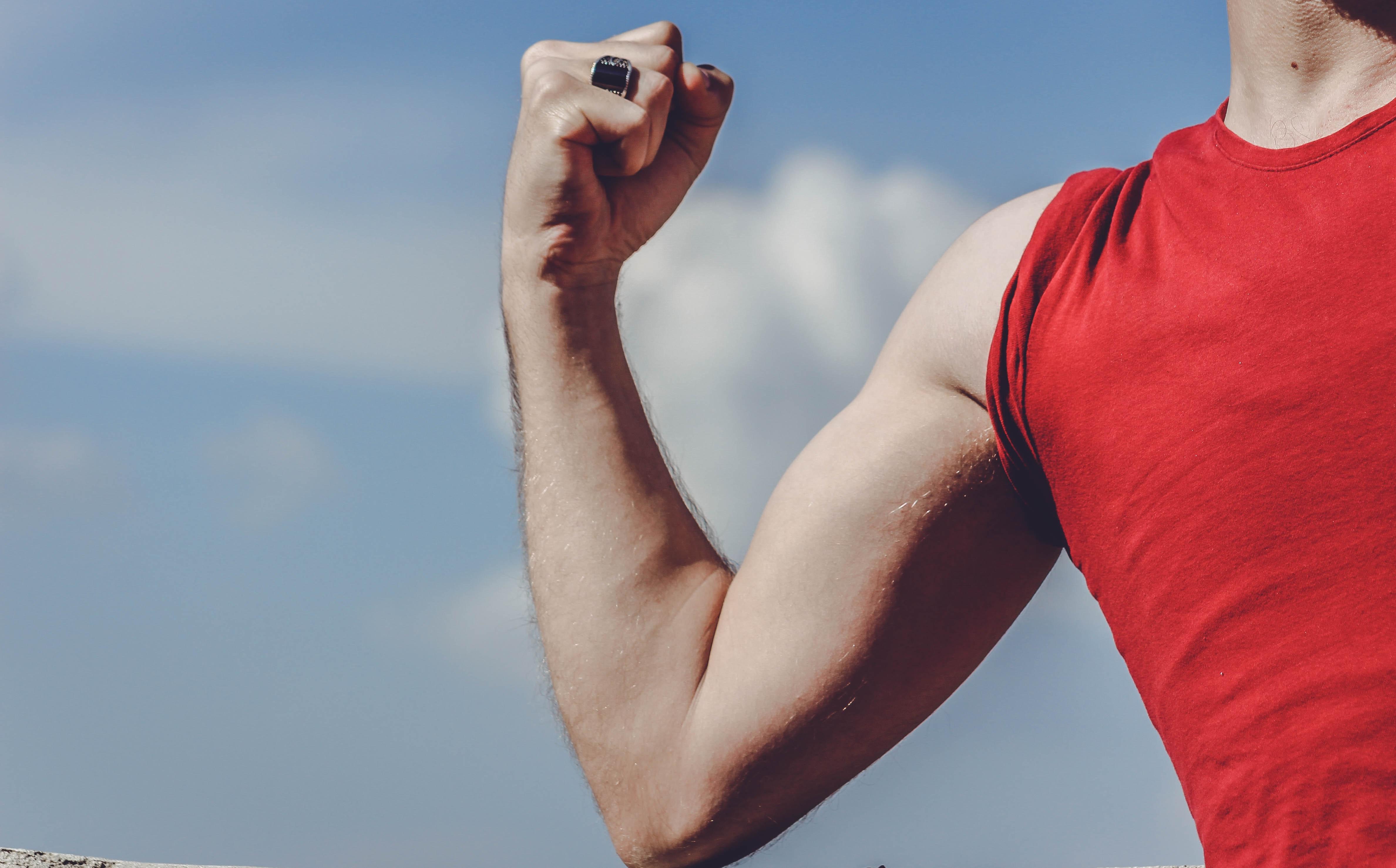ruka, biceps, červené tričko